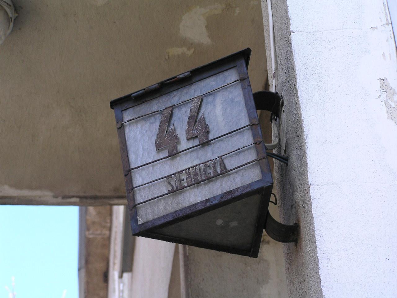 Latarenka adresowa przy ulicy Siennickiej 44 na Grochowie