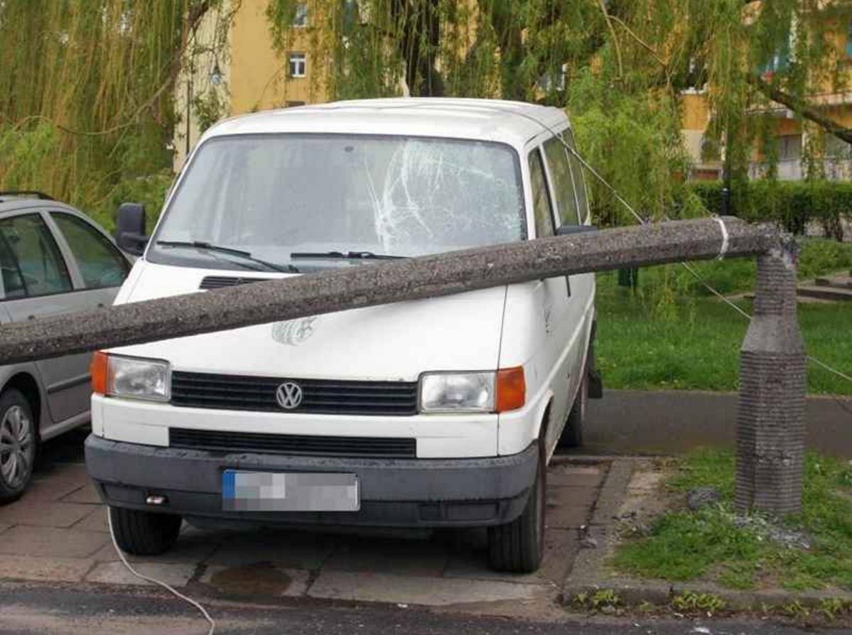 Na Ostrołęckiej złamana latarnia uszkodziła samochód