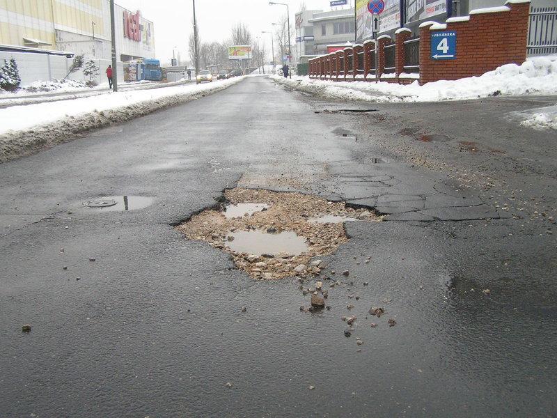 Uszkodzona nawierzchnia ulicy Jubilerskiej
