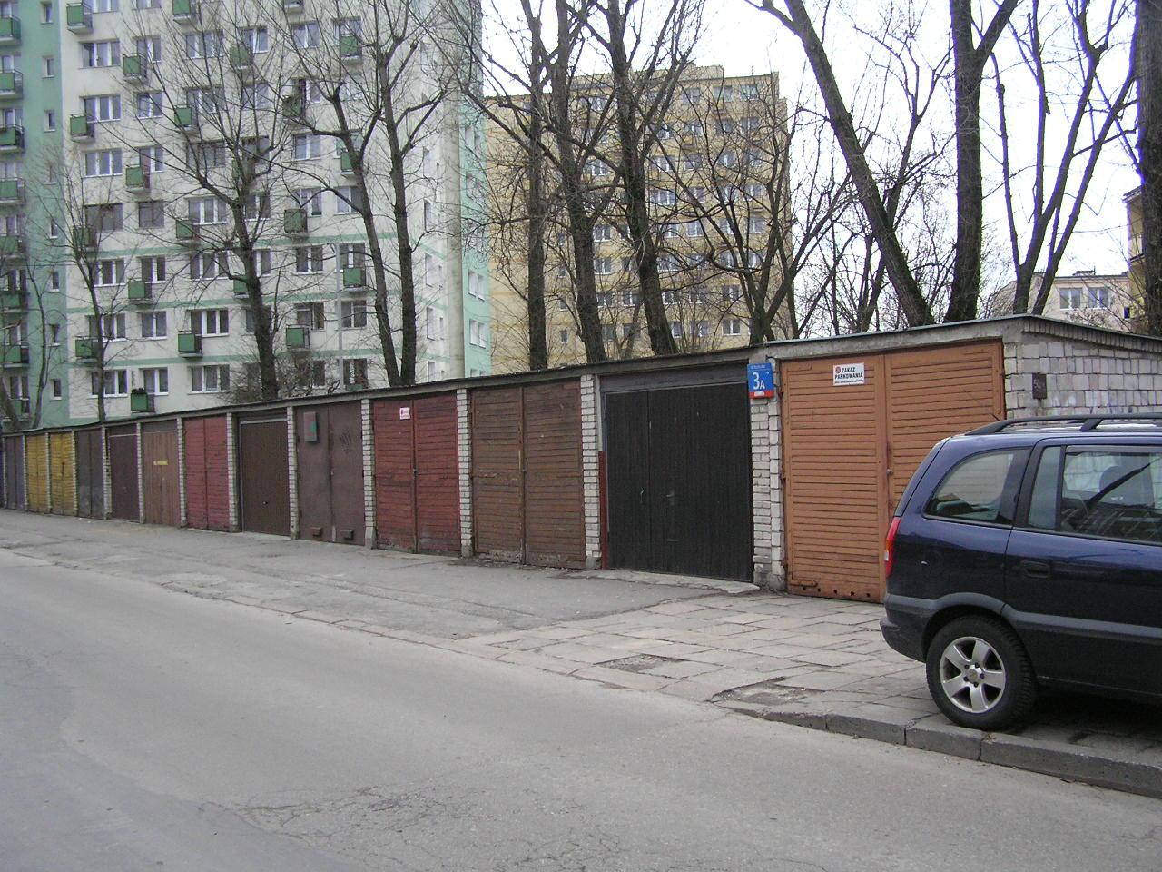 Murowane garaże przy Rozłuckiej 3A na Grochowie