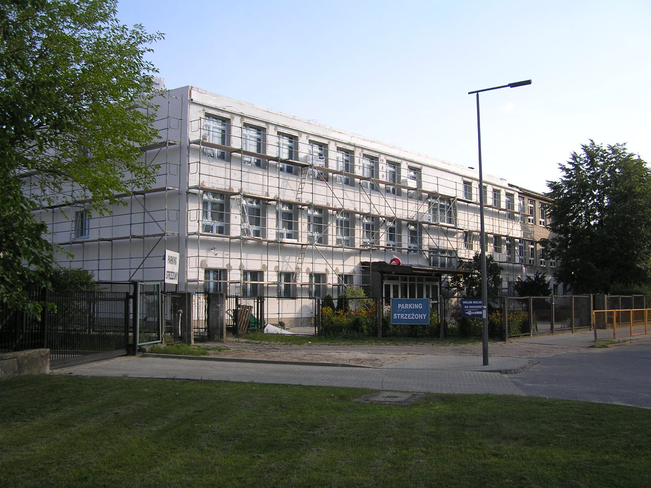 Szkoła przy Majdańskiej 30/36 znika pod styropianem