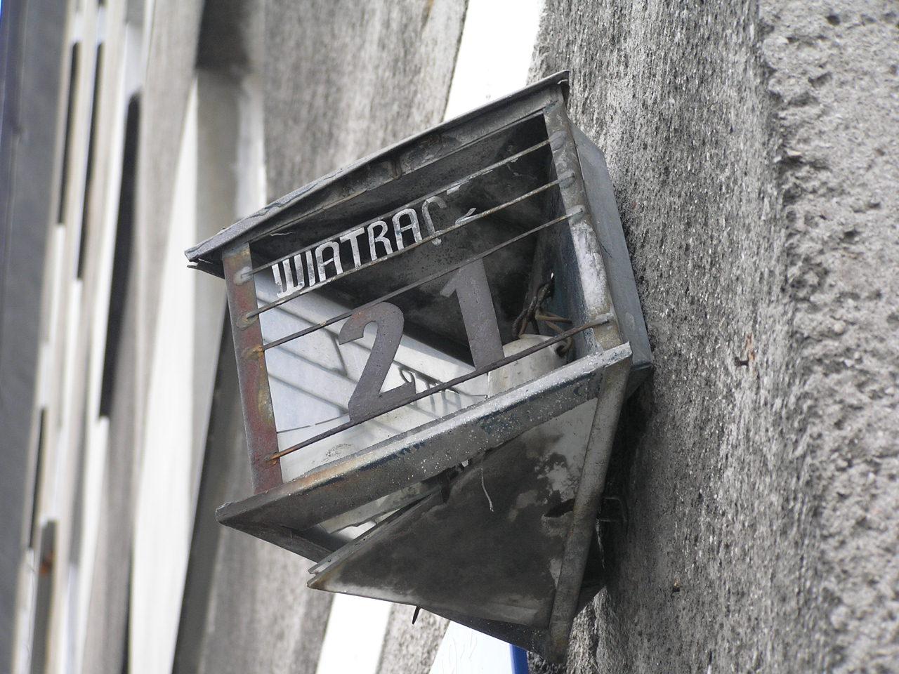 Latarenka adresowa przy ulicy Wiatracznej 21 na Grochowie