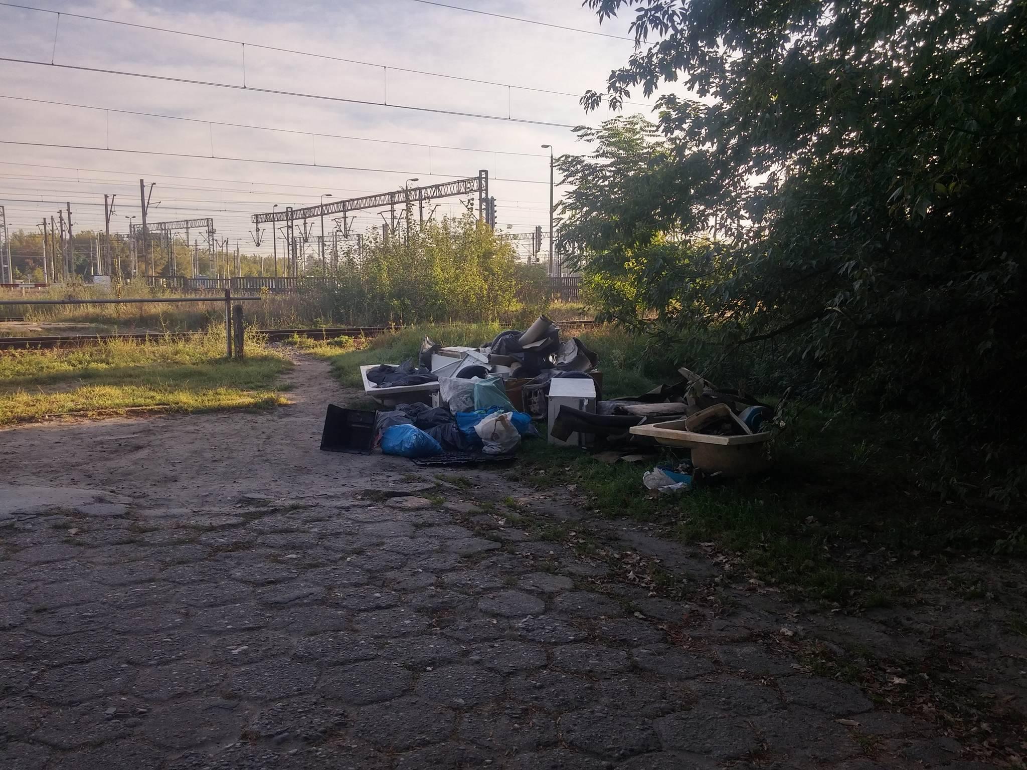 Przy torach PKP pojawiło się składowisko śmieci