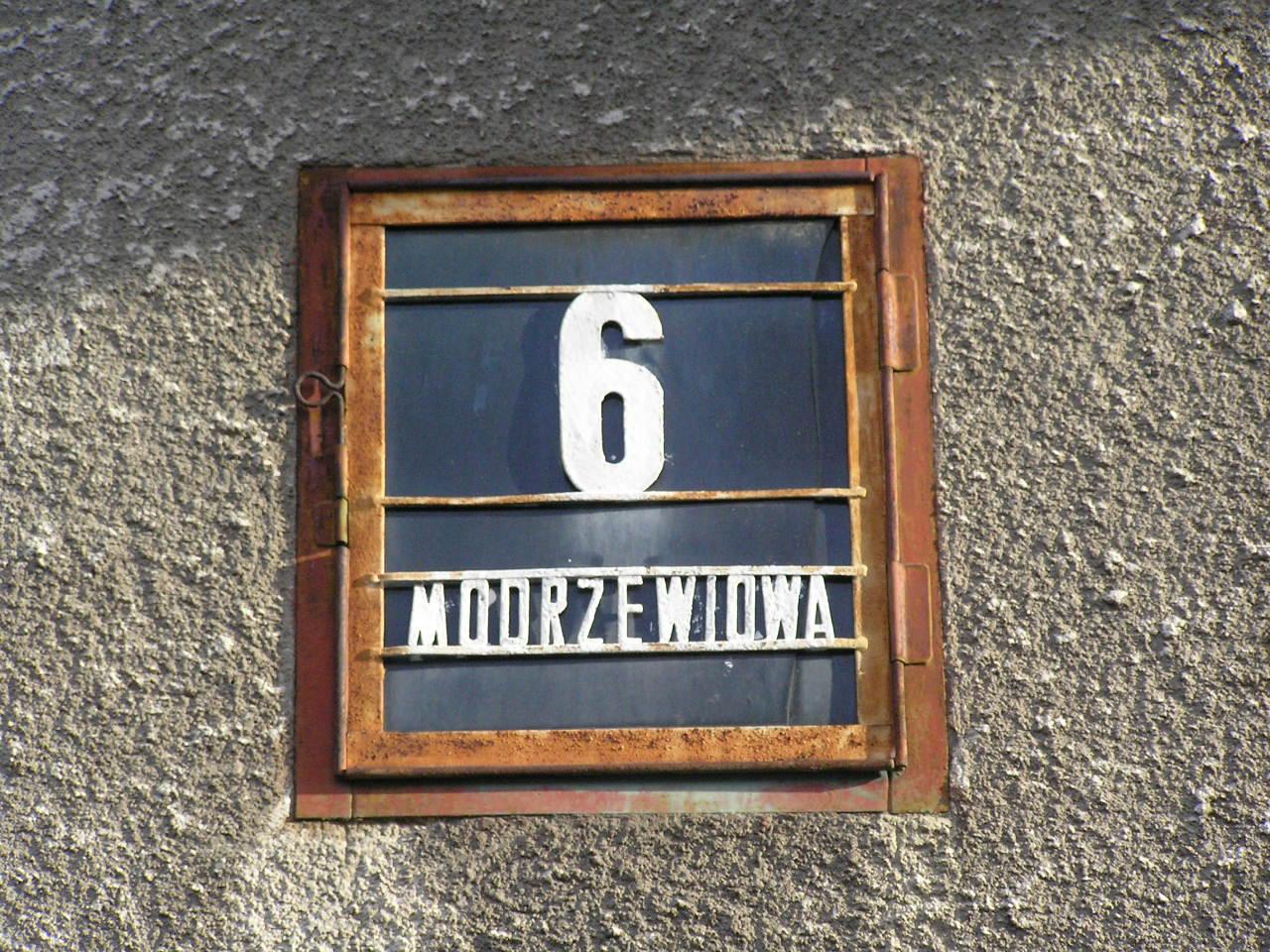 Latarenka adresowa - Modrzewiowa 6