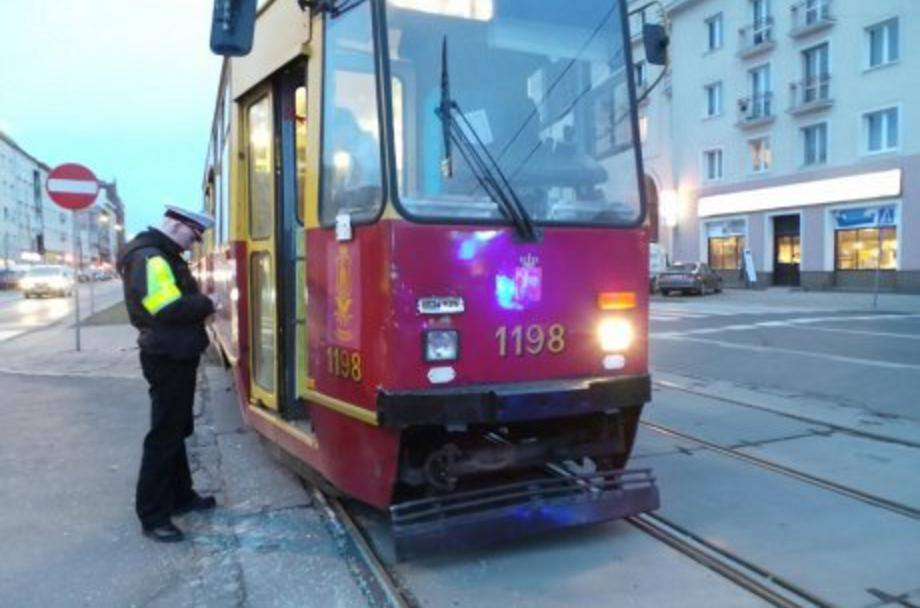 Hyundai zderzył sie z tramwajem na Grochowskiej