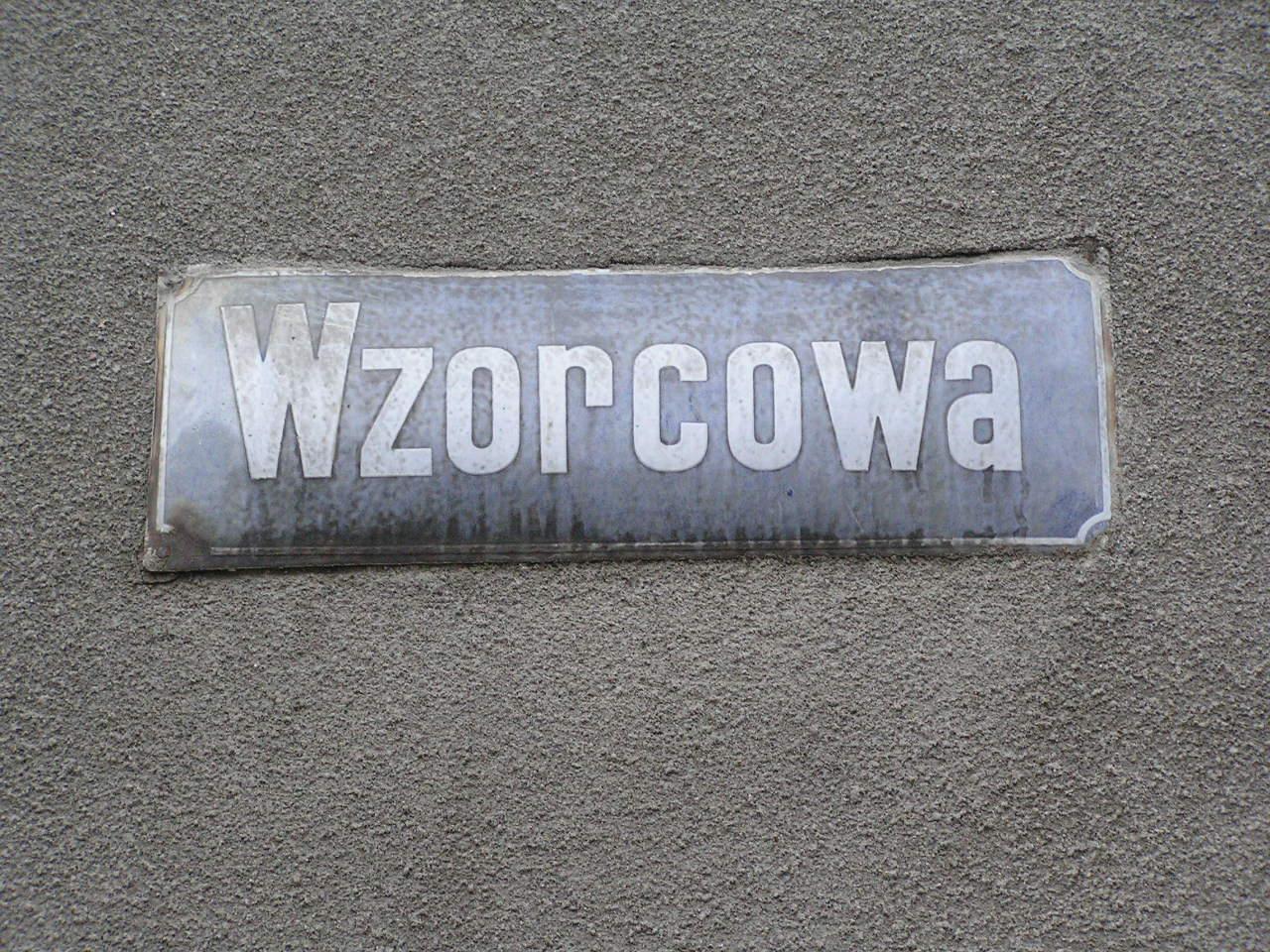 Tablica z nazwą ulicy - Wzorcowa 26