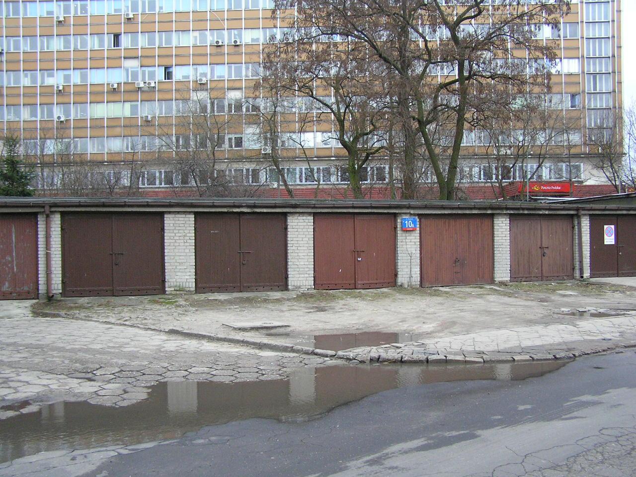 Murowane garaże przy Rozłuckiej 10A na Grochowie