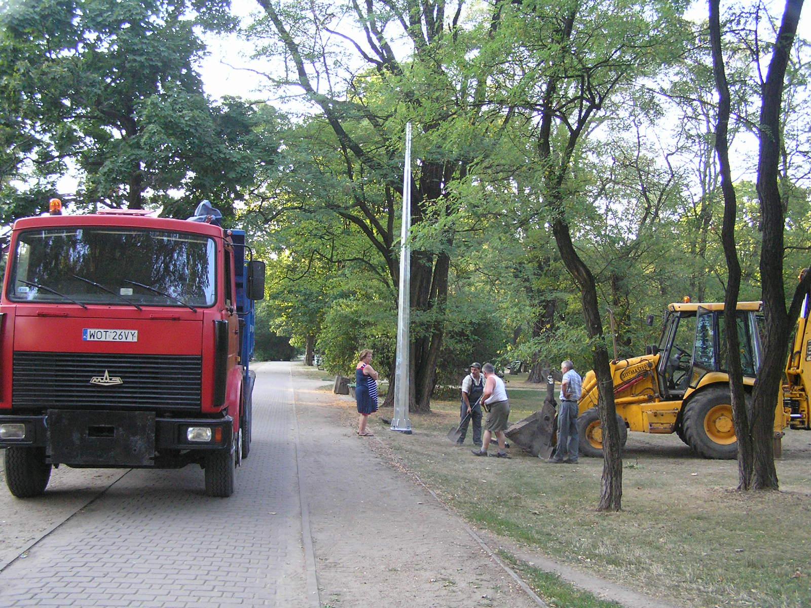 Montaż latarni w parku