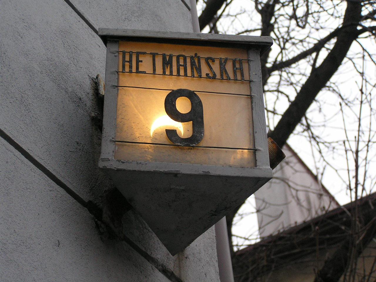 Latarenka adresowa przy ulicy Hetmańskiej 9 na Grochowie