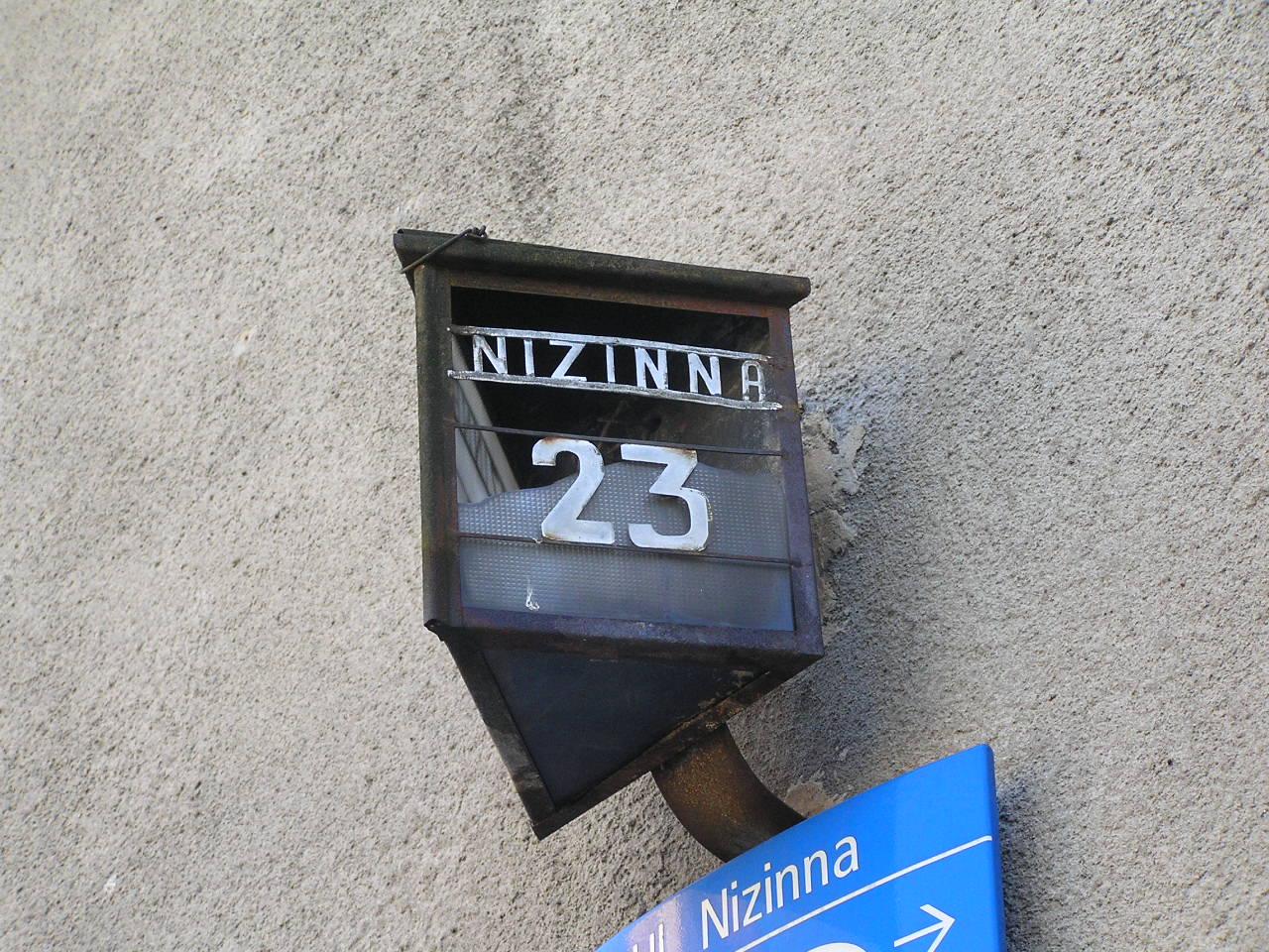 Latarenka adresowa przy ulicy Nizinnej 23 na Grochowie