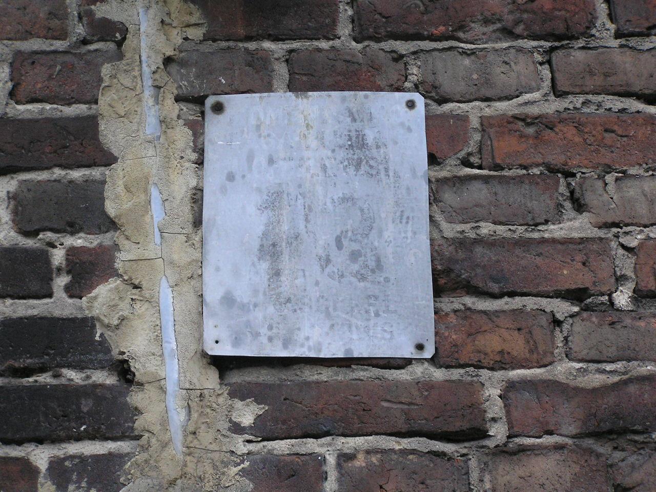 Tabliczka adresowa przy ulicy Omulewskiej 23 na Grochowie