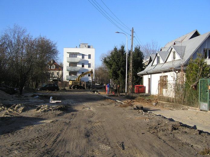 Trwa przebudowa Łysogórskiej. Latarnie już świecą