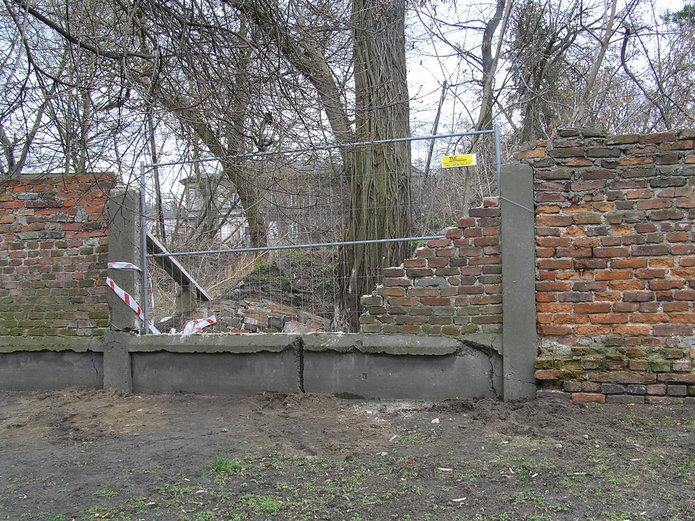 Historyczny mur runął przy Terespolskiej