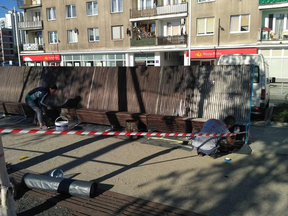 Konserwacja ławek na Placu Szembeka