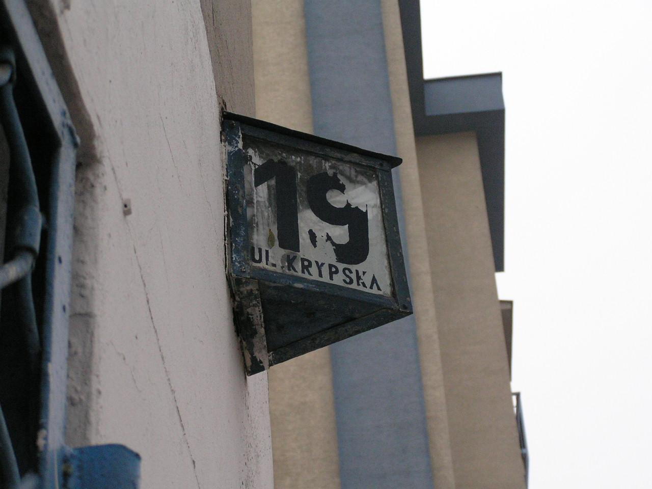 Przedwojenna latarenka adresowa przy ulicy Krypskiej 19 na Grochowie
