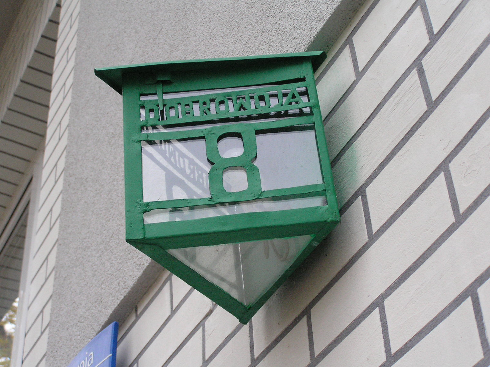 Przedwojenna latarenka adresowa na Dobrowoja 8