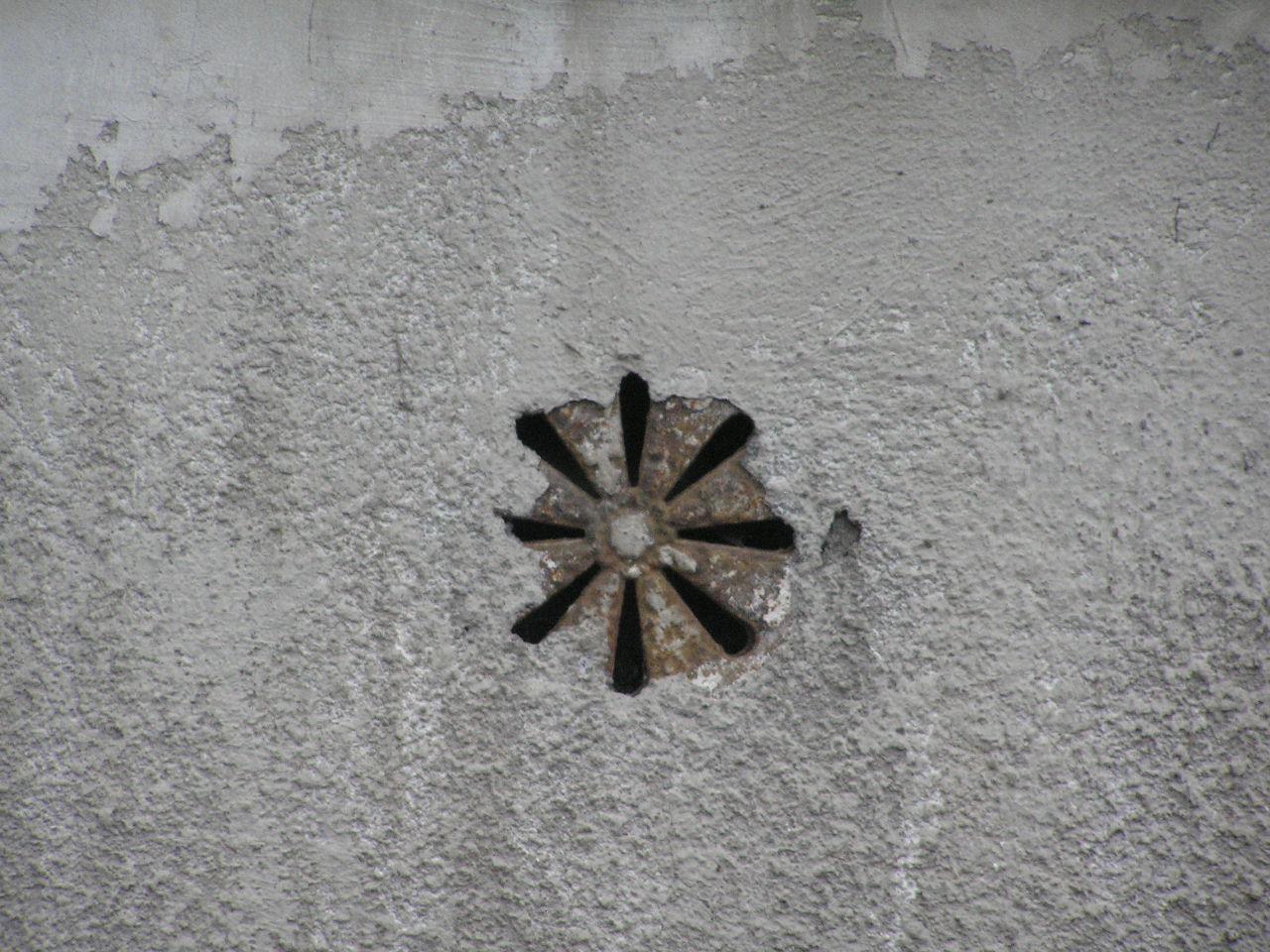 Kratka wentylacyjna umieszczona na kamienicy przy ulicy Międzyborskiej 93 na Grochowie