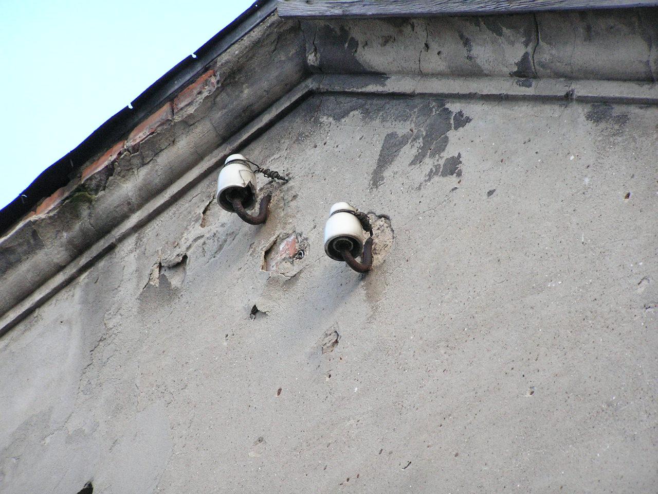Izolatory na ścianie budynku przy Kordeckiego 36 na Grochowie