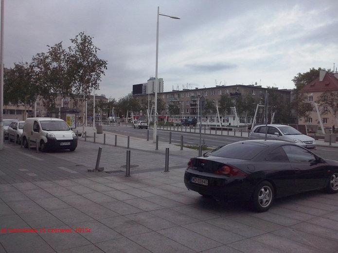 Plac Szembeka pomału niszczeje