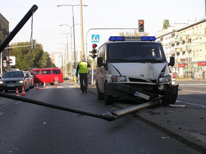 Samochód Straży Miejskiej uderzył w latarnię