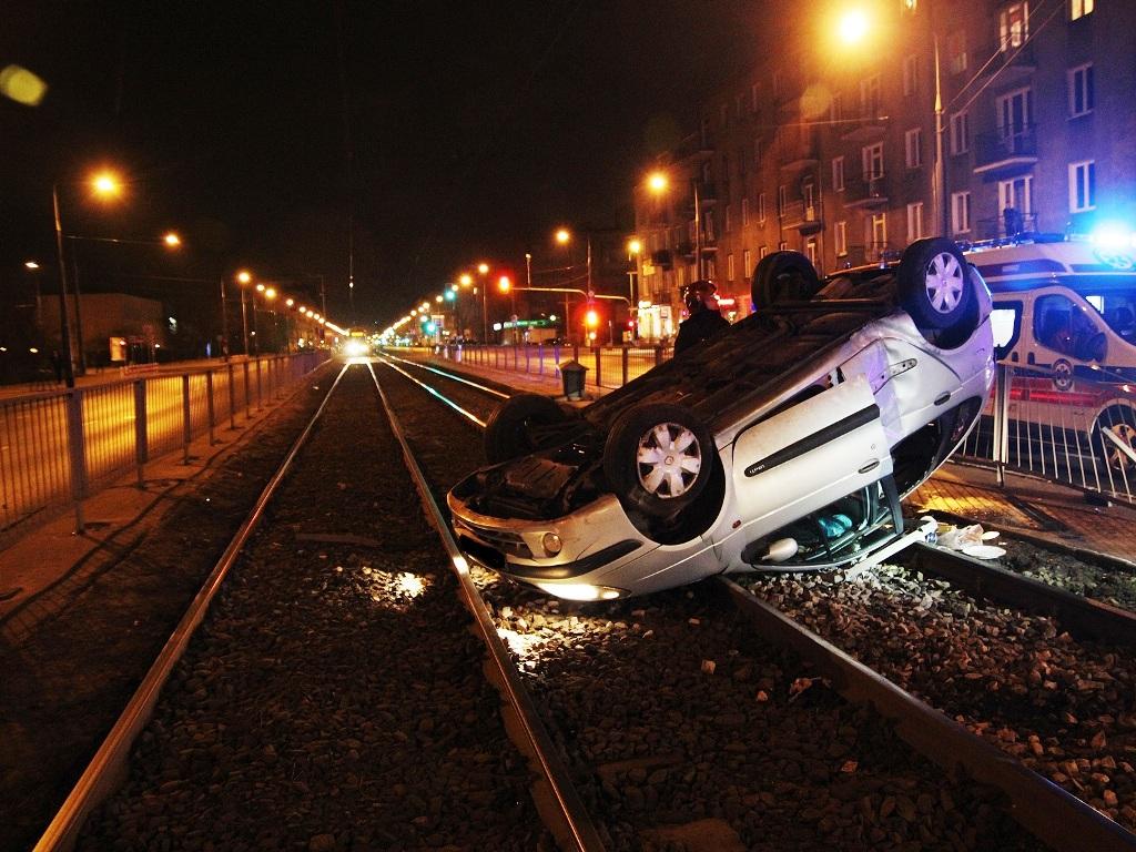 Samochód po dachowaniu wpadł na tory tramwajowe, fot. st. ogn. Krzysztof Pielacha