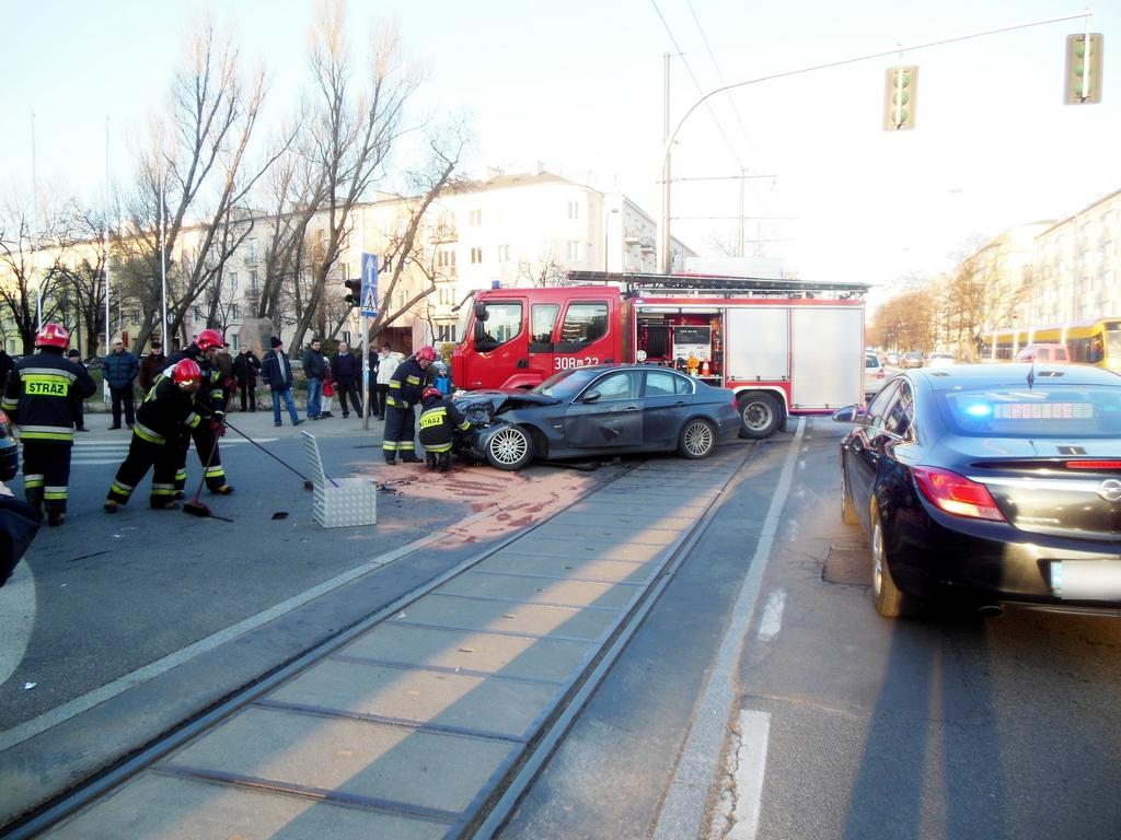 Zderzenie dwóch samochodów w Al. Waszyngtona