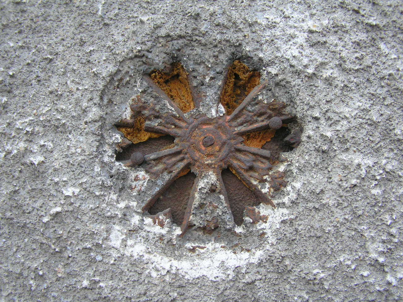 Kratka wentylacyjna umieszczona na kamienicy przy ulicy Czapelskiej 31 na Grochowie