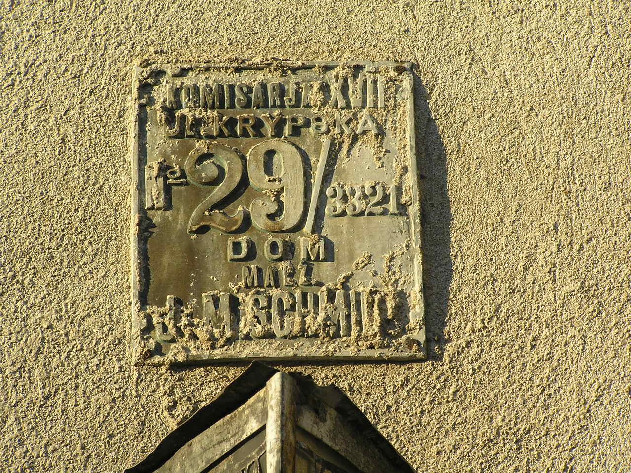 Przedwojenna tabliczka adresowa przy ulicy Krypskiej 29