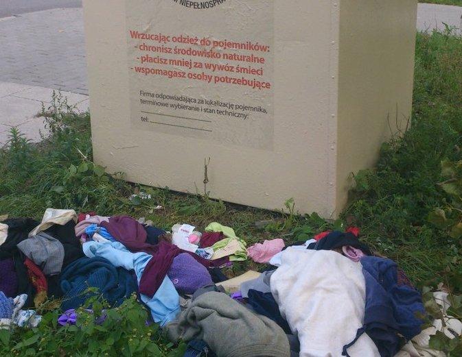 Wysypiska śmieci wokół pojemników na odzież używaną