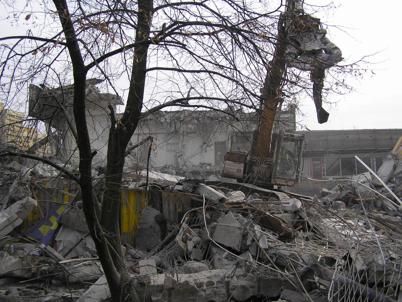 Przy Rondzie Wiatraczna prowadzona jest rozbiórka budynku Universamu
