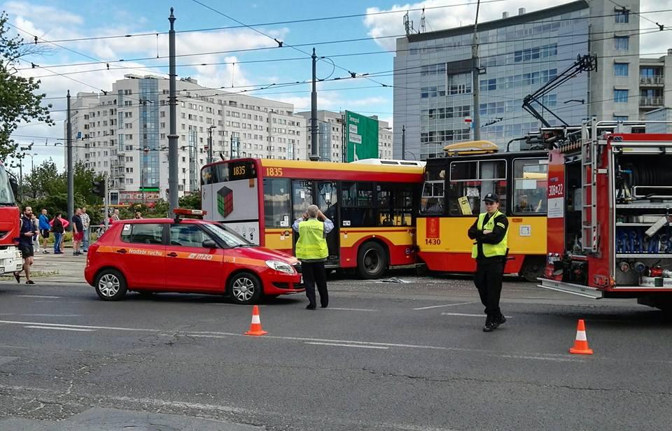 Zderzenie tramwaju z autobusem na rondzie Wiatraczna