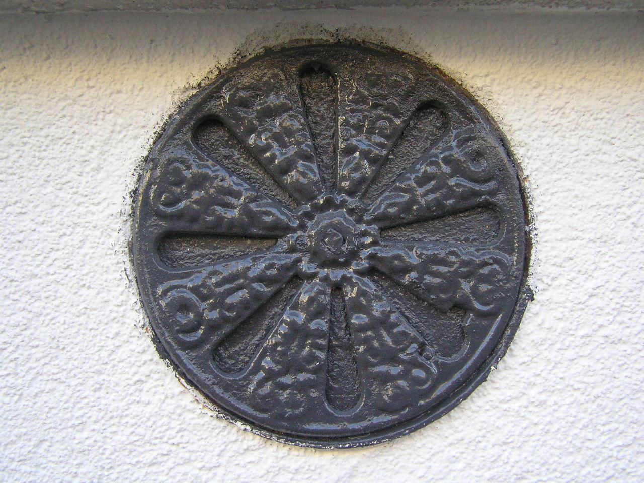 Kratka wentylacyjna umieszczona na kamienicy przy ulicy Modrzewiowej 3 na Grochowie