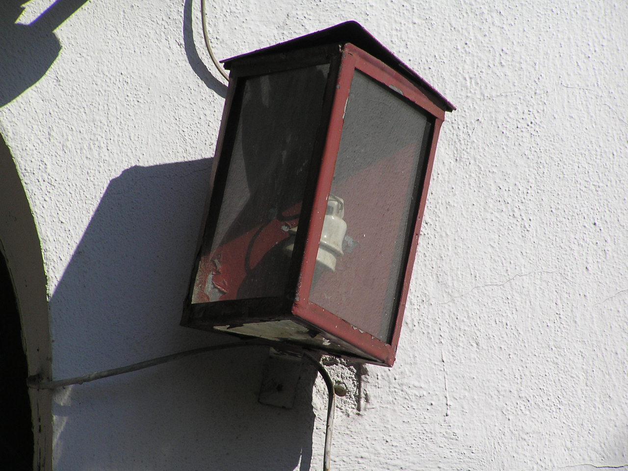 Latarenka adresowa na domu przy ulicy Byczyńskiej 10 na Grochowie