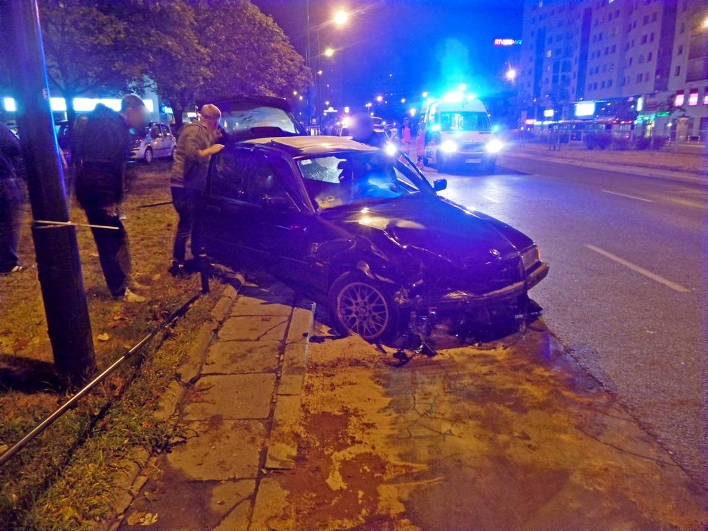 Groźny wypadek przy Rondzie Wiatraczna. BMW wypadło z jezdni