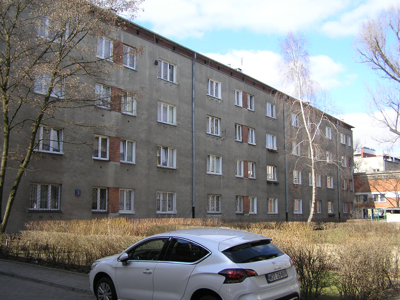 Budynek przy ulicy Podskarbińskiej 7B na Grochowie