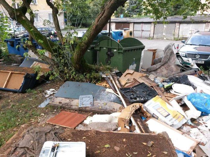 Grochowska 277: Śmieci lądują na trawniku
