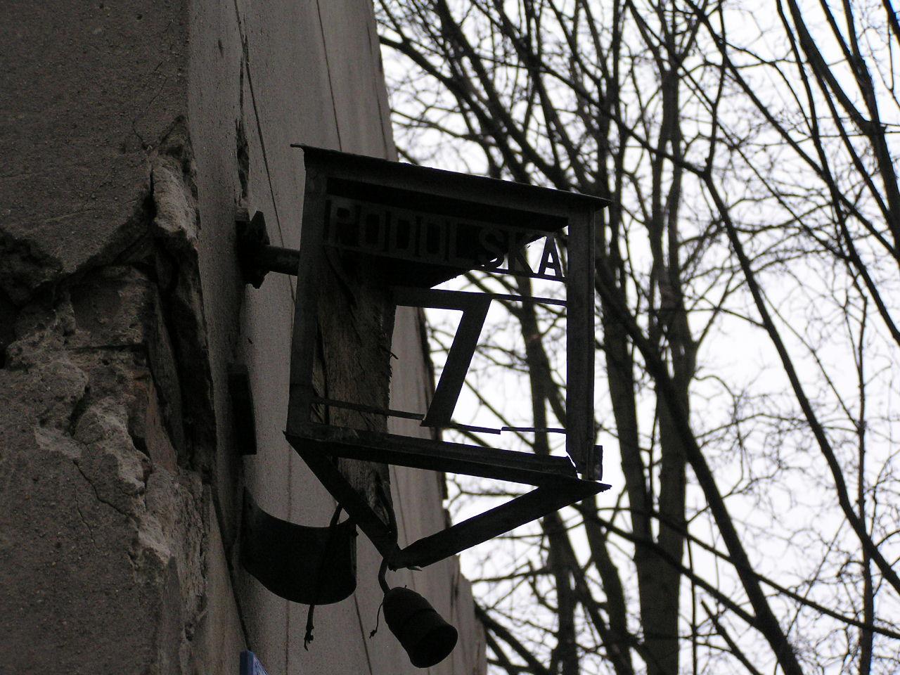 Latarenka adresowa przy ulicy Podolskej 7 na Grochowie