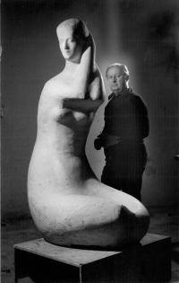 Kazimierz Zieliński podczas pracy nad rzeźbą