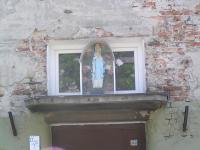 Czepelska 30 - kapliczka nad wejściem
